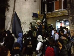 Grupo chega à 5ª DP (Foto: Henrique Coelho/ G1)