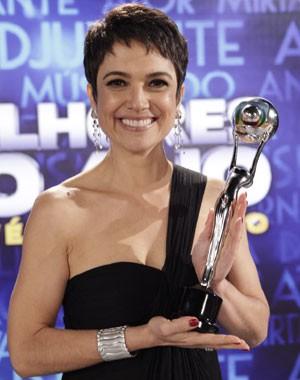 Sandra Annemberg se emociona ao ganhar o prêmio (Foto: Domingão do Faustão/TV Globo)