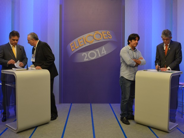 Candidatos da Paraíba são assessorados antes do debate (Foto: André Resende/G1)