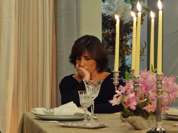 Ao pensar que levou um bolo, Roberta fica deprimida na mesa de jantar (Foto: Guerra dos Sexos/ TV Globo)