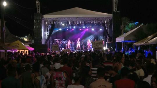 Foliões ganham as ruas no Carnaval de Caxias