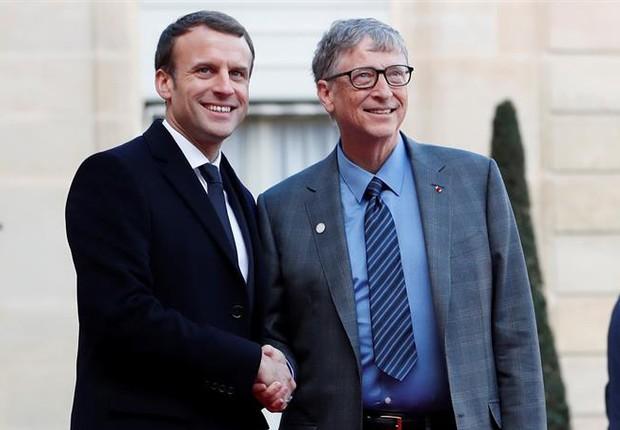 Emmanuel Macron e Bill Gates se cumprimentam em encontro em Paris (Foto: EFE)