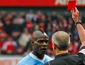 Mario Balotelli expulso arsenal x Manchester City (Foto: AP)