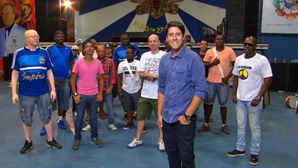 O repórter Phelipe Siani visita o barracão da Império de Casa Verde para o SPTV (Foto: Globo)
