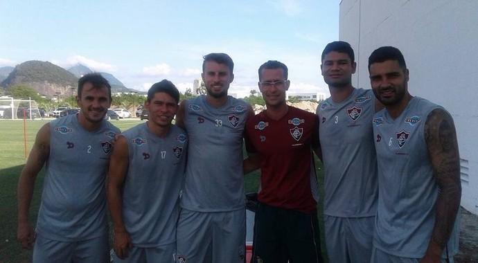 Foto de Lucas com jogadores do Fluminense (Foto: Reprodução)