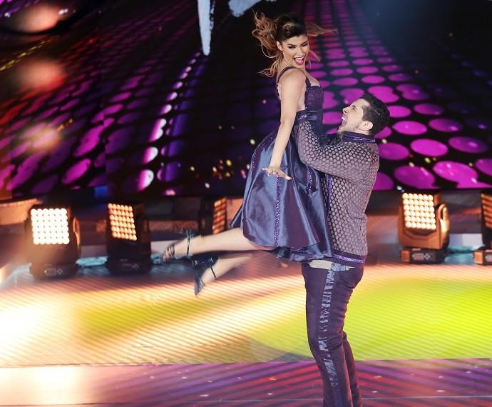 Bruno Boncini levantou Ana Paula Guedes na coreografia do rock (Foto: Carol Caminha/Gshow)
