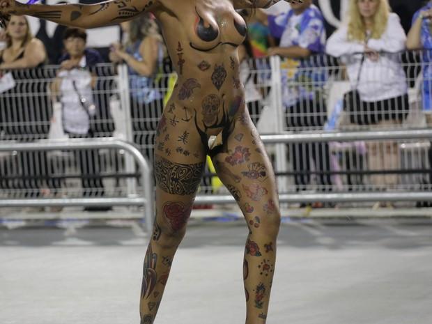 Elaine  de Abreu, da comissão de frente da Rosas de Ouro, teve problemas com o tapa-sexo durante o desfile. Parte do acessório se descolou (Foto: Newton Menezes/Futura Press/Estadão Conteúdo)