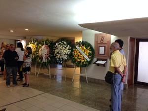 Coroas de flores foram depositadas no Memorial do Carmo no velório da jornalista Sandra Moreyra (Foto: Kathia Mello/G1)