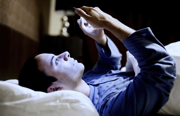 sono - cama - celular - insônia - conectado  (Foto: Thinkstock)