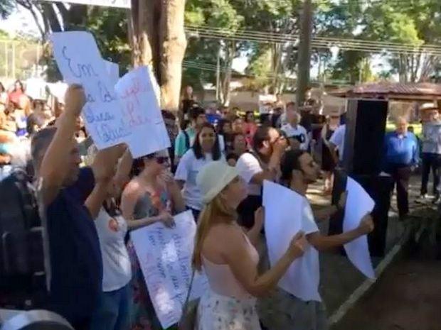 Grupo protesta durante visita de Geraldo Alckmin a Saltinho, no interior de SP (Foto: João Paulo Ferreira/EPTV)