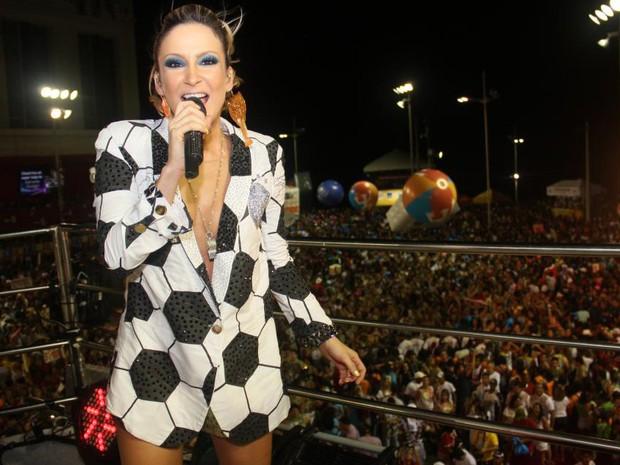 Claudia Leitte desfila com figurino de 'bola' neste domingo (Foto: Ronaldo Silva/G1)