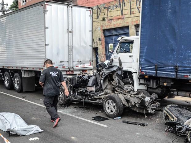 Um acidente envolvendo cinco caminhões e um carro deixou uma pessoa morta e uma ferida na rodovia Anchieta, sentido litoral, na região do Sacomã, em São Paulo (Foto: Adriano Lima/Agência O Dia/Estadão Conteúdo)