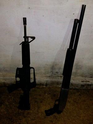 Fuzil M-4 e espingarda está entre material apreendido em Pureza, no RN (Foto: Divulgação/Polícia Militar do RN)