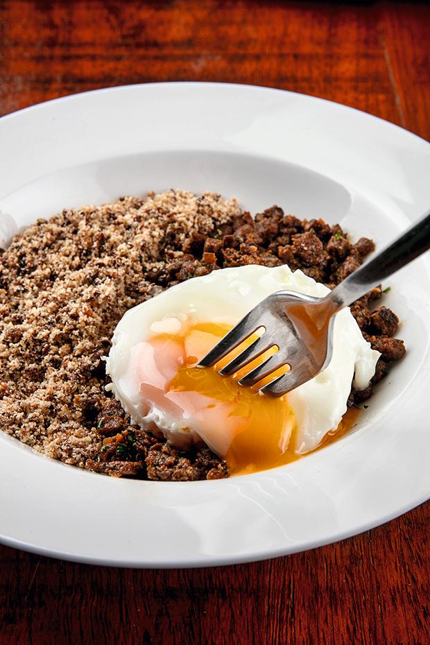 Picadinho com ovo e farofa do novo Riba, em Ipanema: quem  resiste  a um clássico? (Foto: Tomas Rangel )