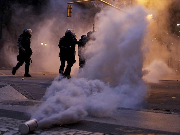 Bombas de efeito moral tomaram a Cinelândia (Foto: Marcelo Piu / Agência O Globo)