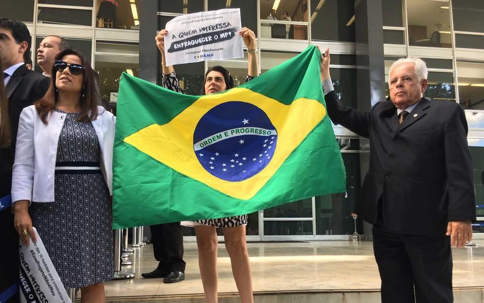 Magistrados exibem bandeira do Brasil e cartaz durante protesto contra mudanças no pacote corrupção (Foto: Luiza Garonce/G1)