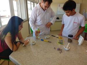 Alunos testando produtos para a fórmula do sabão de repelente (Foto: Amanda Christovam/Arquivo Pessoal)