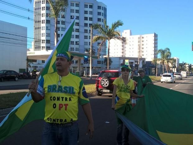 Organizador do movimento Fora Dilma, Alberto Campos, em frente à Ufes (Foto: Viviane Machado/ G1)