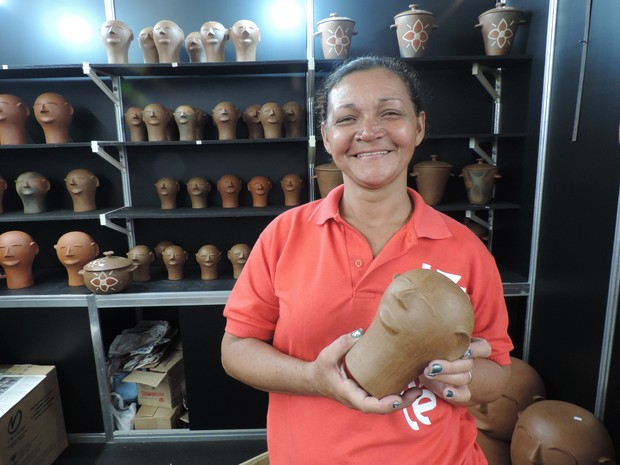 Primeiro dia foi melhor que as edições anteriores da Fenearte para mestra artesã de Belo Jardim, Agreste (Foto: Moema França/G1)