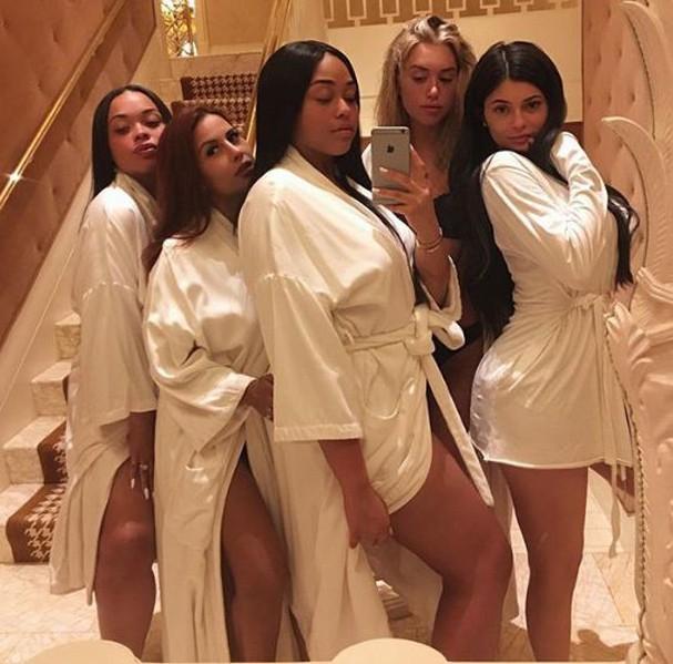 Kylie Jenner e suas amigas posam de roupão (Foto: Reprodução Instagram)