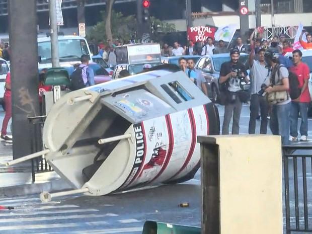 Guarita da PM é derrubada durante confusão em ato do MTST na Paulista (Foto: Reprodução/TV Globo)
