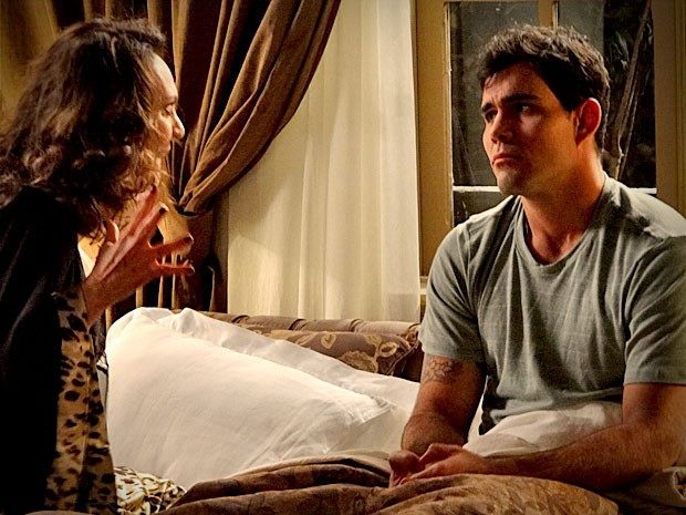 Oi? Muricy se espanta ao ver Adauto em sua cama (Foto: Avenida Brasil/TV Globo)