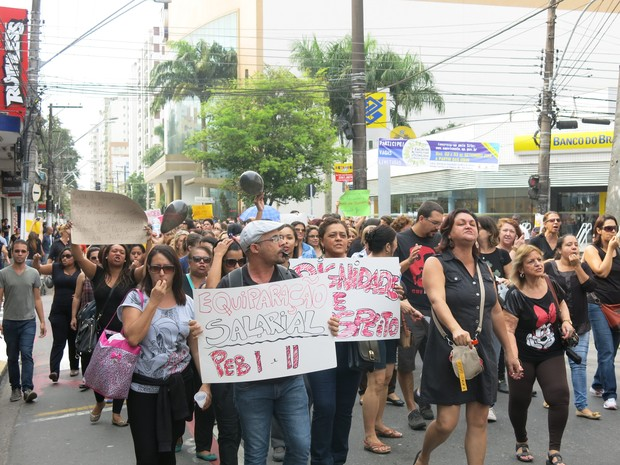 Apitos e nariz de palhaço também foram usados na passeata (Foto: João Paulo de Castro / G1)