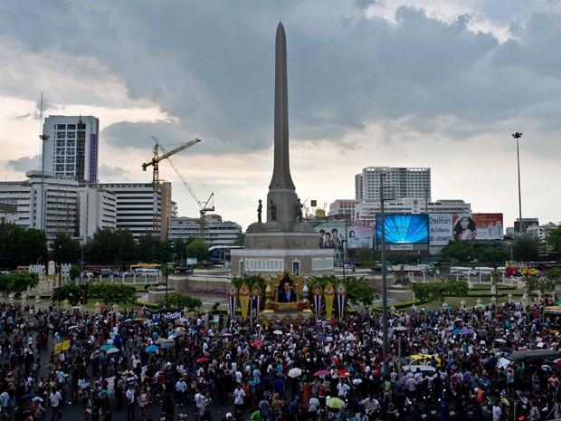 Milhares de pessoas participaram de manifestação em Bagcoc neste domingo (Foto: Manah VaTsyayana/AFP)