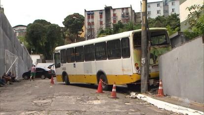 Ônibus apreendido perde freio e bate em poste enquanto é levado ao pátio da Transalvador