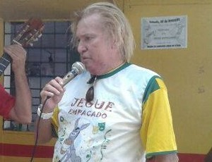 Marinho Chagas, com a camisa do bloco, fez discurso e agradeceu a homenagem (Foto: Divulgação )