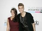 Com namoro em crise, Justin Bieber vai a premiação ao lado da mãe
