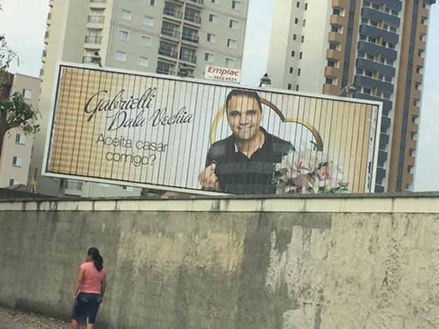 Outdoor com pedido de casamento cham atenção em São José (Foto: Rodrigo Correia/ Arquivo Pessoal)