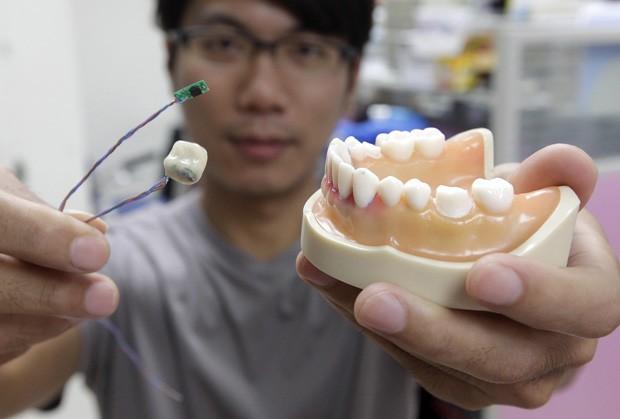 Kelvin Li mostra protótipo de 'dente inteligente' desenvolvido em Taiwan. (Foto: Reuters/Pichi Chuang)