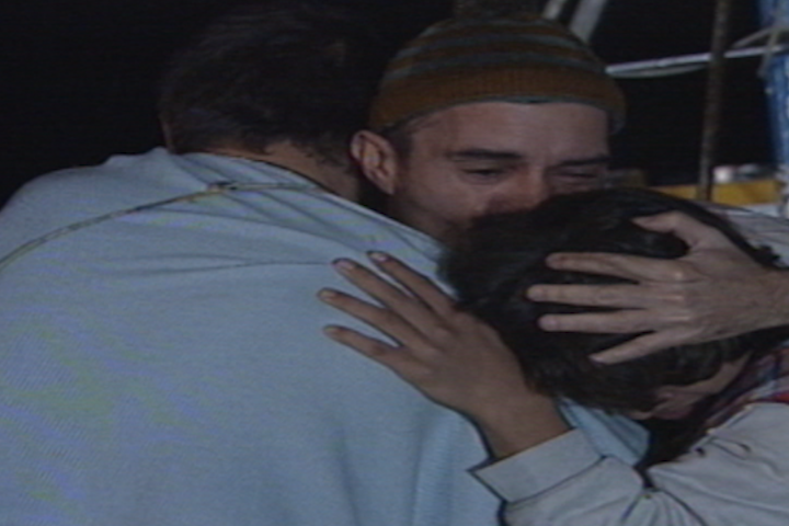 Marujo se despede de Reginho e Dalua e entra no barco (Foto: reproduo/viva)