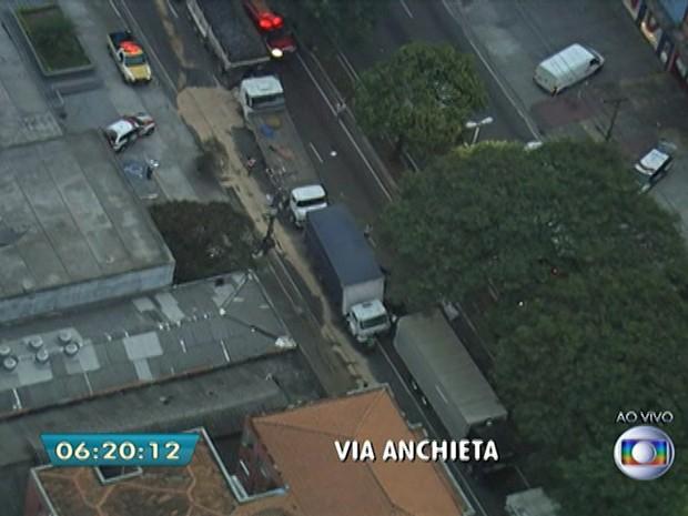 Colisão entre caminhões e um carro deixa uma pessoa morta na Rodovia Anchieta, no Sacomã, em São Paulo  (Foto: Reprodução/TV Globo)