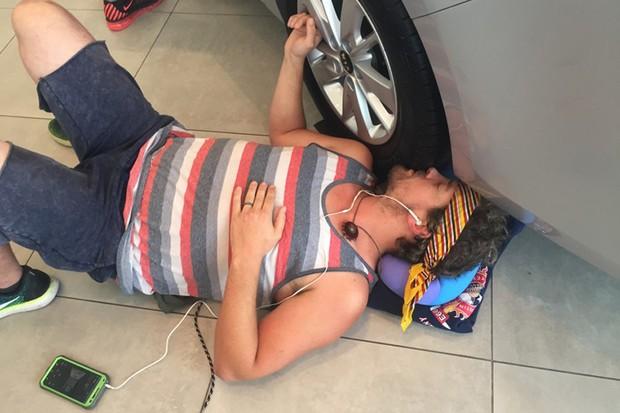 """Participante chegou a """"beijar"""" a roda do carro  (Foto: Divulgação)"""