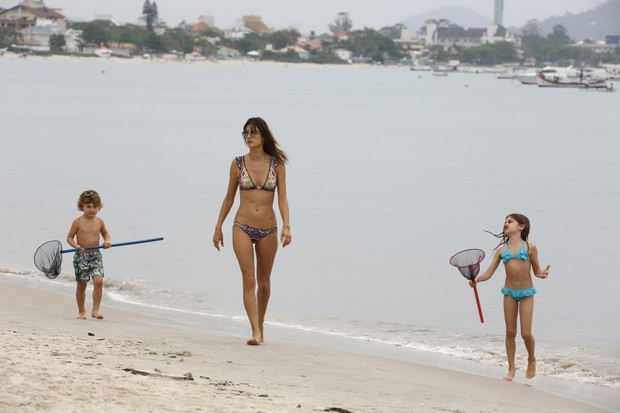 Alessandra Ambrósio com os filhos Noah e Anja (Foto: Gabriel Reis/Agnews)