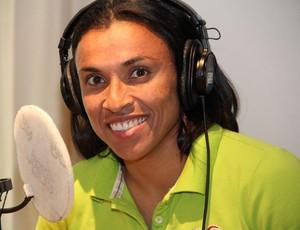 Marta em programa de rádio na Suécia' (Foto: Divulgação)