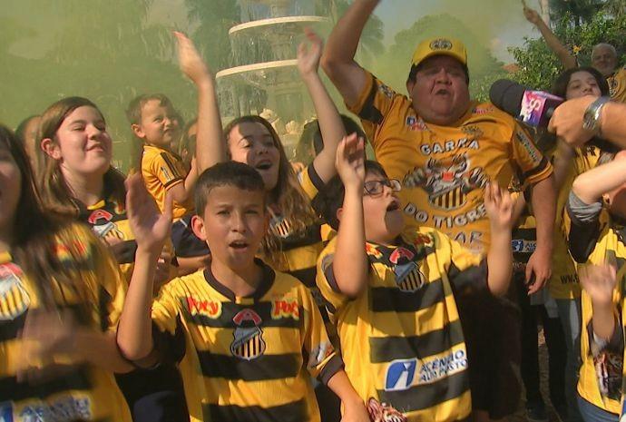 Torcedores vestem-se de amarelo e preto pra representar o time do coração (Foto: Reprodução / TV TEM)