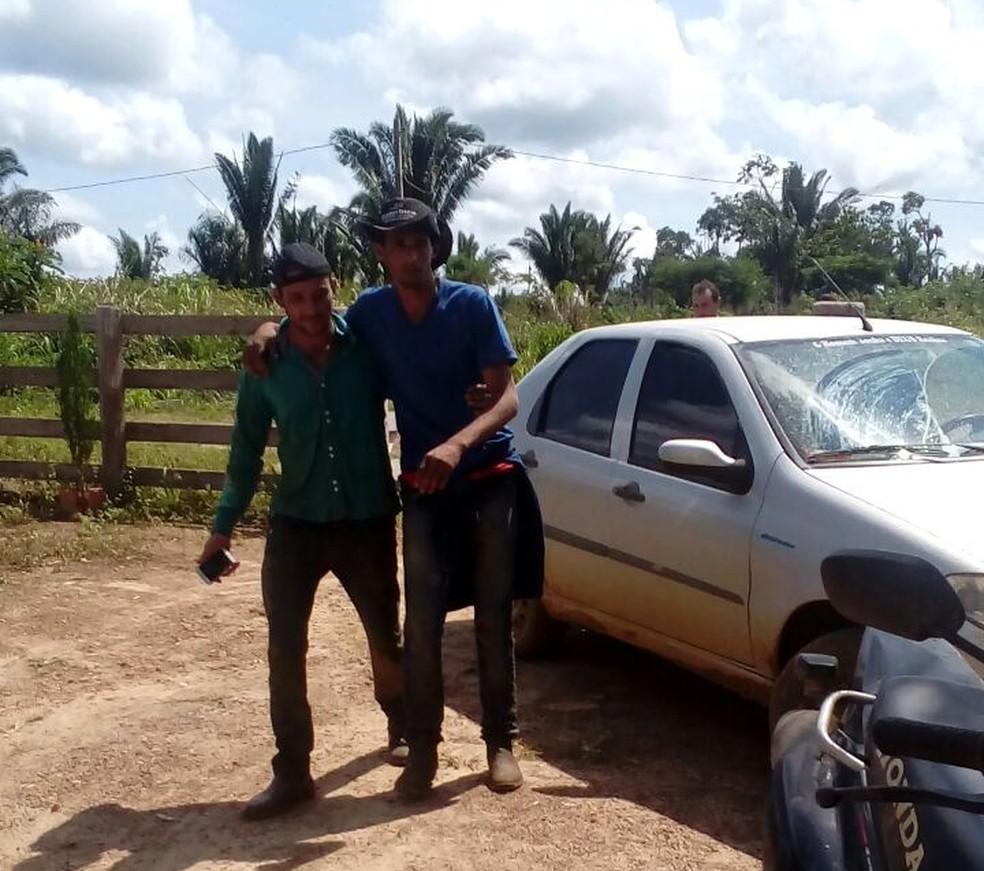 Jovem sendo resgatado por colega após ficar perdido na mata (Foto: WhatsApp/Reprodução)