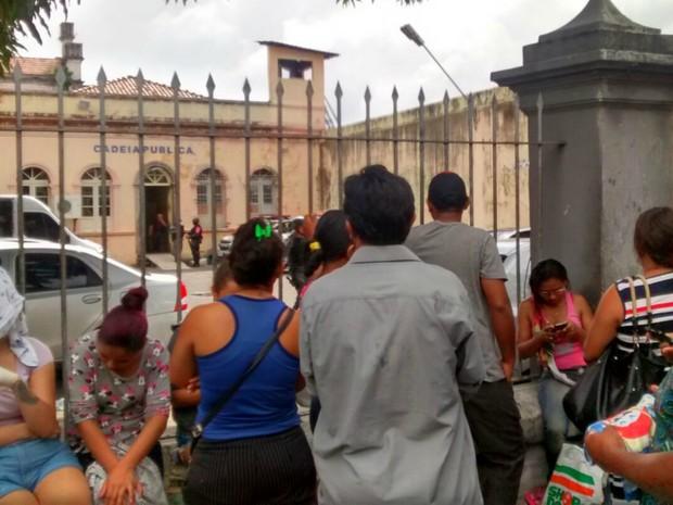 Parentes de presos esperam divulgação de lista de mortos (Foto: Suelen Gonçalves/G1 AM)