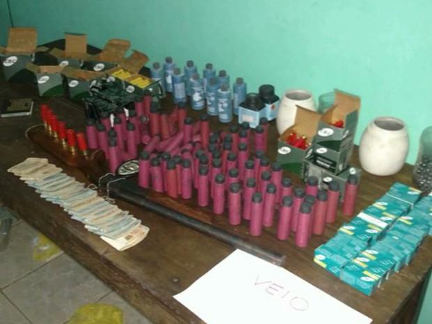 Fiscalização em três pontos comerciais de Açailândia resultou na apreensão uma grande quantidade de munições e uma arma de fogo (Foto: Reprodução/TV Mirante)