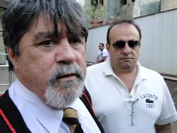 Advogado Lúcio Adolfo e o réu informante Hugo Pimenta  (Foto: Pedro Ângelo / G1)