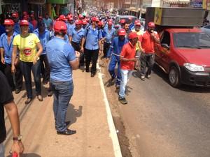 Durante está manhã mais de mil trabalhadores estiveram presente na passeata no Centro de Porto Velho (Foto: Hosana Morais/G1)