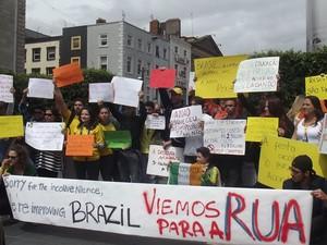 Brasileiros protestam em Dublin (Foto: Nara Soares/Vc no G1)