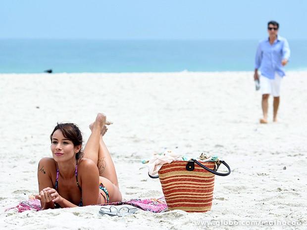 Zelândia exibe sua figura esbelta na praia e atrai a atenção de Caetano (Foto: Ellen Soares / TV Globo)