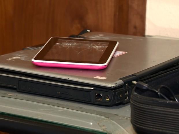 Tabletes e celulares foram apreendidos com os suspeitos de pedofilia (Foto: Reprodução EPTV)