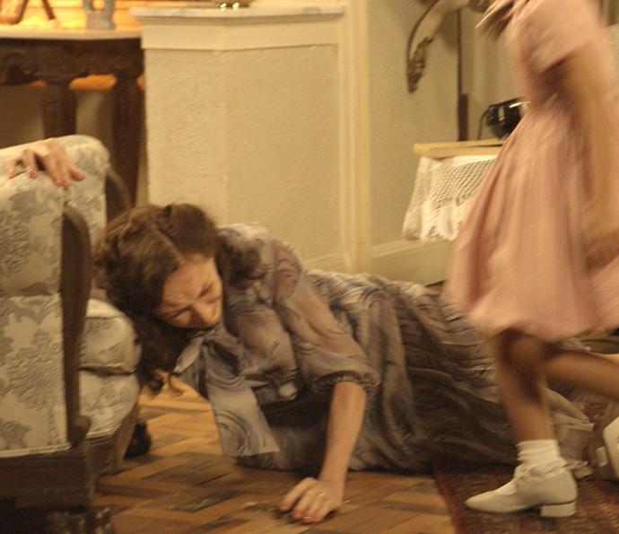 Severo joga Ana no chão (Foto: TV Globo)