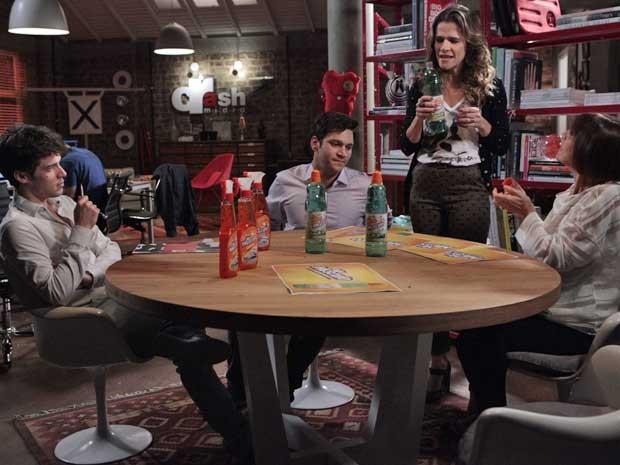 Equipe reunida para acertar detalhes da campanha do Mr Músculo (Foto: Sangue Bom/TVGlobo)