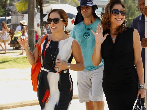 Cissa Guimarães e Totia Meirelles acenam para fãs na praia (Foto: Salve Jorge / TV Globo)